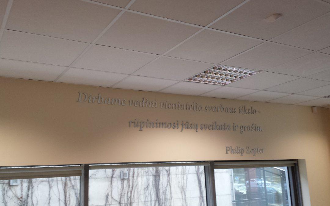 uzrasai ant sienu